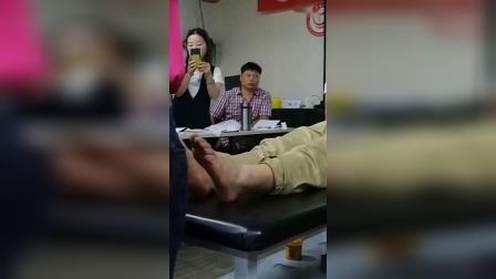 张一圣柔性正骨治疗脚后跟疼痛距骨移位手法实操演示教学视频_超清