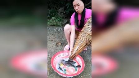 忙活了一上午终于有收获了,看着盆里的鱼,这一上午值了