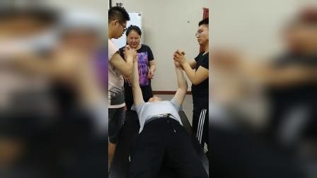 周海燕玄舒百通治疗肩周炎肩膀胳膊疼痛手法教学_超清
