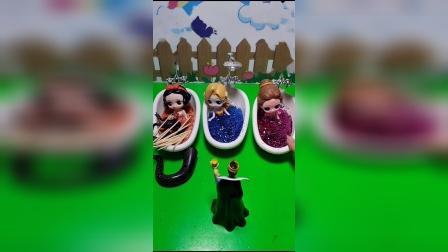 王后给白雪浴盆里放辣椒,巫婆告诉王后一个惊天秘密,白雪才是王后的亲女儿
