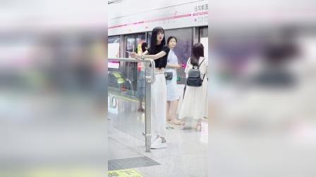 成都地铁三号线,这是哪里来的小仙女,求捞。#地铁偶遇