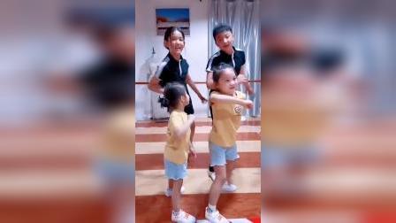 开学前姊妹俩又交到了两个好朋友,一起玩的不亦乐乎