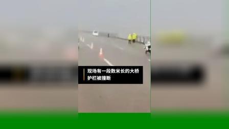 珠海大桥一货车侧翻坠海,警方通报:车内仅司机一人,正搜救