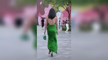 绿色连衣长裙,有着礼服的效果