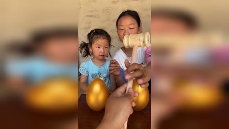 宝贝和姐姐一起砸金蛋