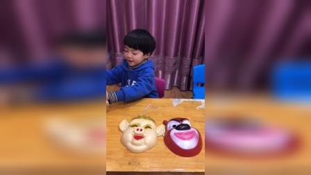 宝贝和妈妈比面具