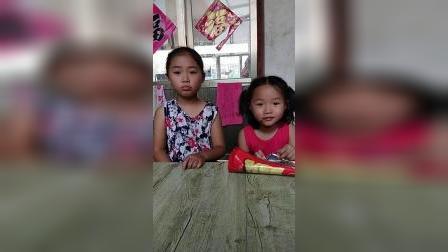 童年趣事:宝宝不给姐姐吃薯片姐姐哭了