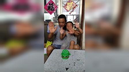 童年趣事:爸爸和宝宝一共多少只手
