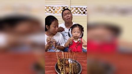 趣味童年:小宝贝和爸爸去吃串串香