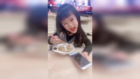 童年趣事:吃饭也不会忘记卖萌的娃,有时豪横有时乖的孩子
