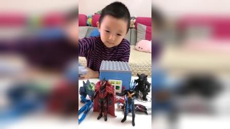 童年趣事:小萌娃要给奥特曼玩具搭建住处咯