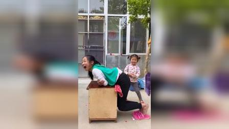 趣味童年:妹妹怎么在打姐姐呀?