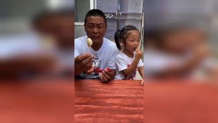 童年趣事:爸爸和小萌娃比赛吃棒棒糖