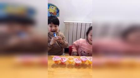 童年趣事:姐姐耍赖,用这么大的勺子吃果冻