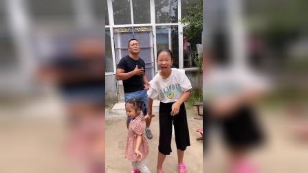少儿:家人一起跳舞