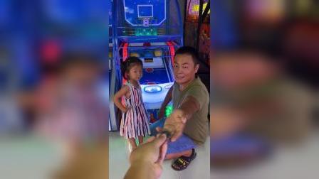 少儿:和爸爸一起去游戏厅