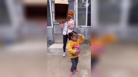 童年趣事:妹妹身后站着谁呢?