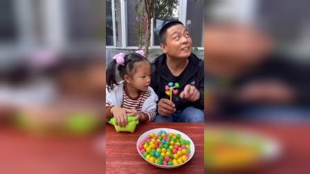趣味童年:爸爸唱完歌发现糖果少了一颗