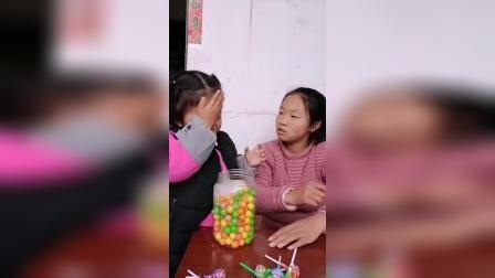 亲子游戏:妹妹不给姐姐吃,被打了?