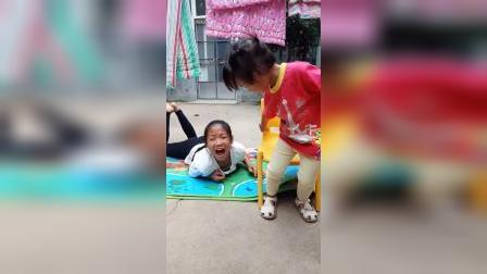 趣味童年:压到姐姐的手了,哭的好惨啊