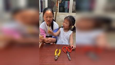 童年趣事:姐姐真笨,不会用剪刀啊