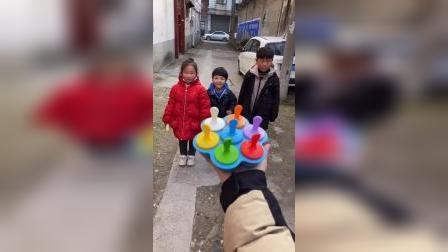 童年趣事:宝贝们要唱歌才可以吃雪糕哟