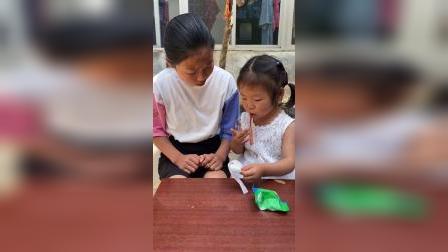 少儿:和姐姐一起分糖果