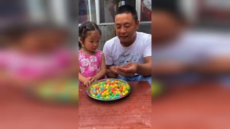 少儿:宝贝,过来吃西瓜糖啦