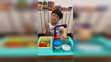 童年趣事:装上电池,我们可以洗碗了