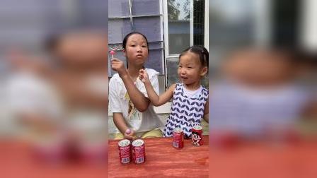 童年趣事:呜呜,两个棒棒糖我都没吃到