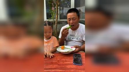 童年趣事:宝宝给的西红柿好好吃