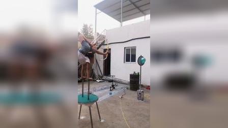 童年趣事:用脚来射箭的,你们看过吗?
