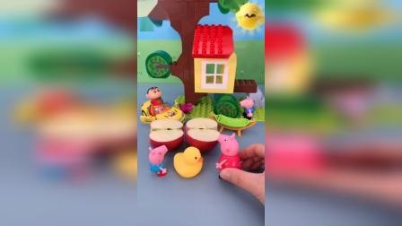 小鸭子是怎么进到苹果里面的呢?