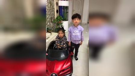 童年趣事:妹妹不让哥哥玩汽车,太坏了