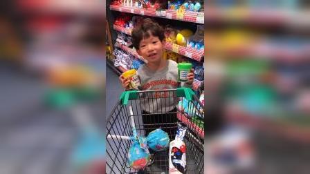 童年趣事:小艺买了这么多糖果也不怕蛀牙呀!