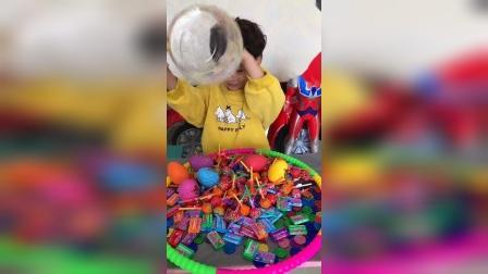 童年趣事:小艺表示,有糖就是了不起呀!