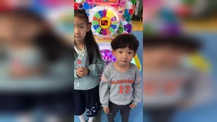 童年趣事:小艺真棒,知道和姐姐分享棒棒糖。