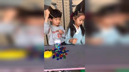 童年趣事:小艺真坏,一直扎姐姐的气球