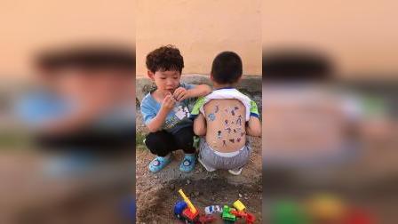 童年趣事:弟弟怎么一直往哥哥身上贴东西。