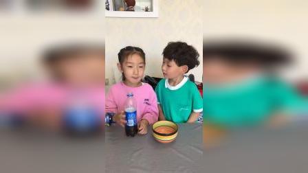 童年趣事:弟弟耍赖把姐姐的饮料骗走了。