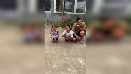 童年趣事:爸爸被迫吃辣椒