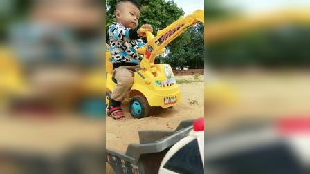 趣味童年:每个男孩子都有挖掘机梦