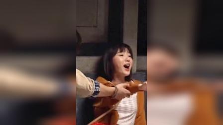 毛晓彤拍戏现场演绎喝醉了的感觉,最后演着演着笑场了