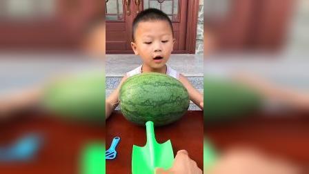趣味童年:哥哥吃西瓜的样子 哈哈