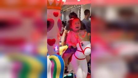 童年趣事:自己要坐的马,哭着也要坐完