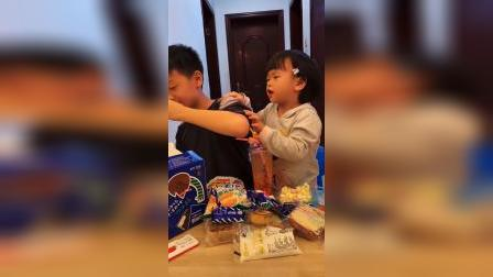 童年趣事:小武在喝饮料吗?