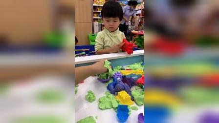 童年趣事:小武在玩太空沙吗?