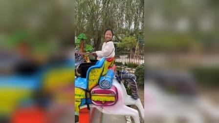 童年趣事:姐姐这马都会骑了啊