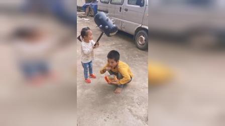 搞笑童年:小孩子的零食都抢,这下好了吧!!!