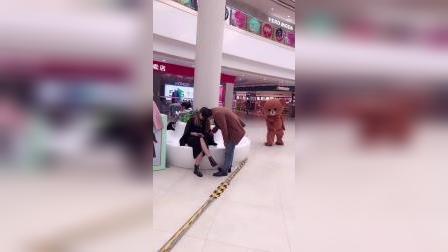 搞笑小熊被人踢屁股了
